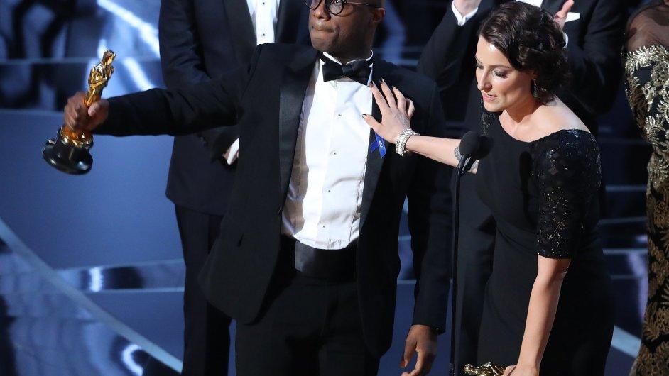 Na snímku z předávání Oscarů jsou režisér vítězného filmu Moonlight Barry Jenkins a producentka Adele Romanski.