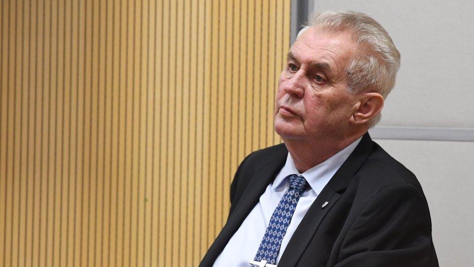 Zeman debatoval se studenty Vysoké školy finanční a správní.