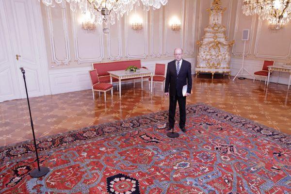 Premiér Bohuslav Sobotka poté, co prezident Miloš Zeman odešel ze sálu.