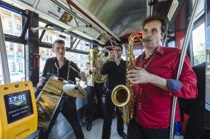 S dechovkou napříč Prahou: Lovesong Orchestra rozehrává balkánské rytmy na palubě tramvaje