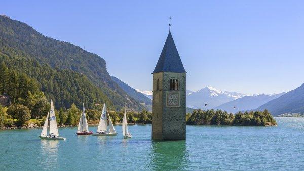 Jezero Reschen v Jižním Tyrolsku.