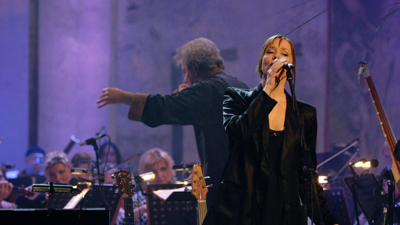 Suzanne Vega je na archivním snímku z výročního koncertu v Pražské křižovatce.