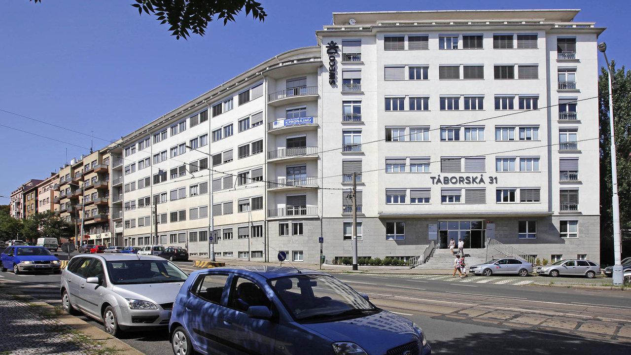 Táborská 31. Natéto pražské adrese je 6900 m2 kancelářských ploch. Dům, jenž se nachází několik minut chůze odstanice metra Vyšehrad, by mohl nový vlastník přestavět nabyty.