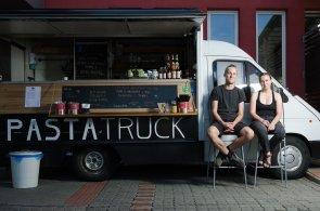 Do Česka dorazily food trucky. Gastronomádi milují svobodu stejně jako vychytané speciality
