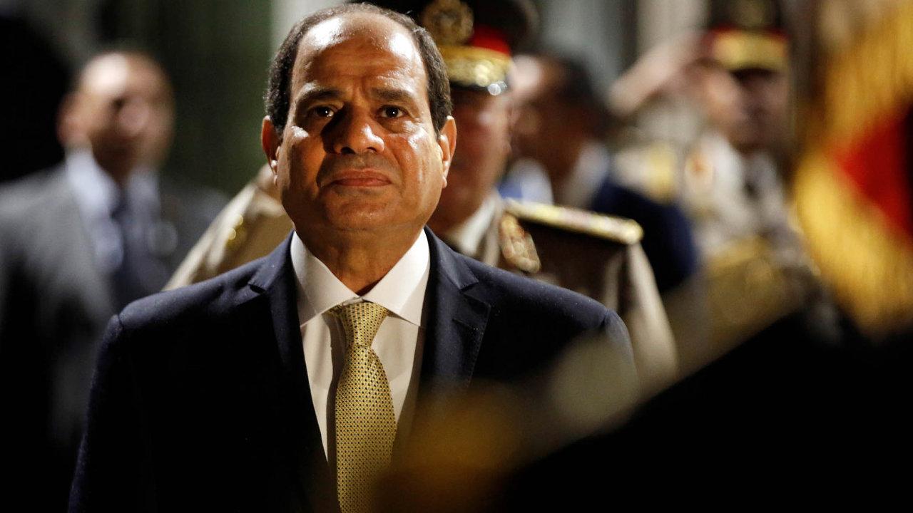Vláda současného egyptského prezidenta abývalého generála Abdala Fattáha as-Sísího je podle exposlance Amra Hamzawyho poznamenána neustálým porušováním lidských práv.