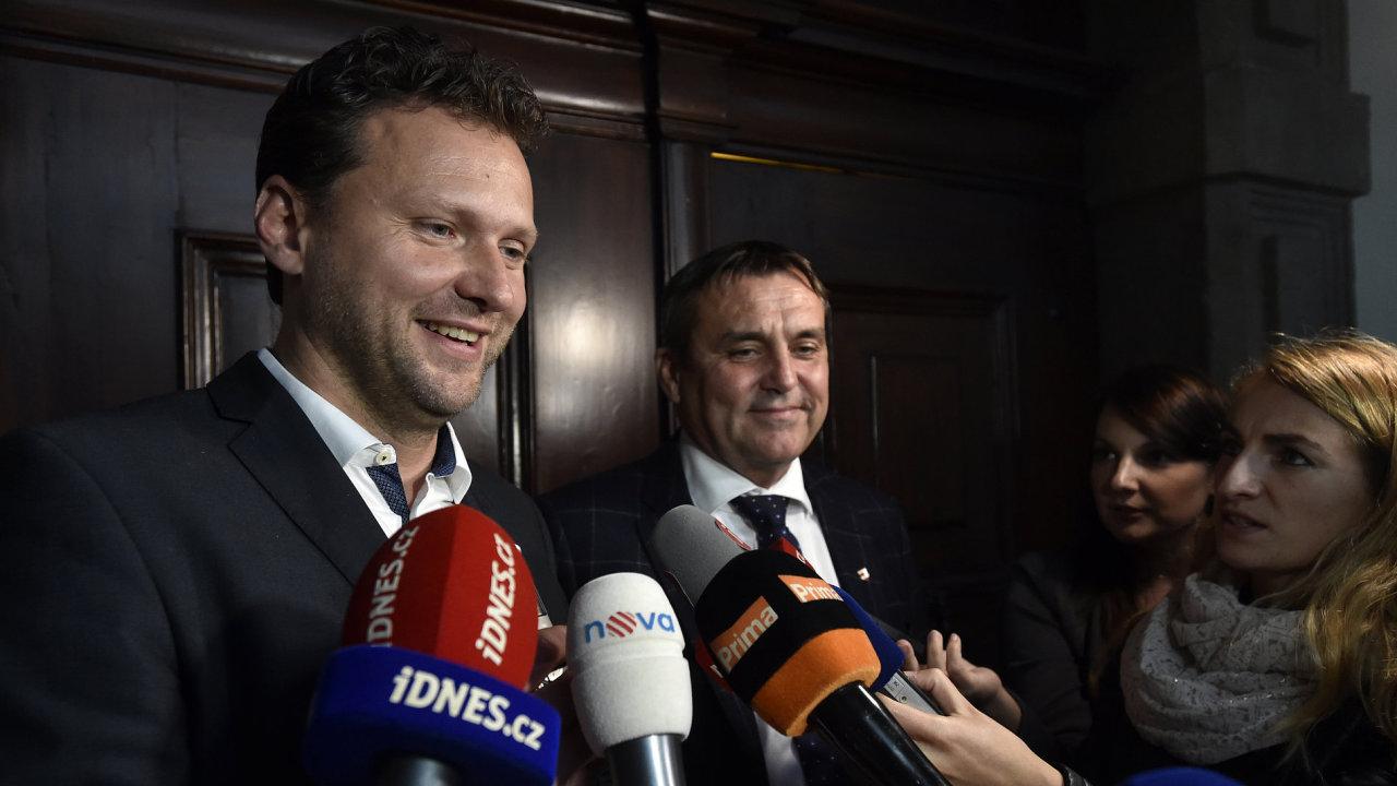 Na snímku odpovídá novinářům nový předseda sněmovny Radek Vondráček (ANO). V pozadí místopředseda ANO Petr Vokřál.