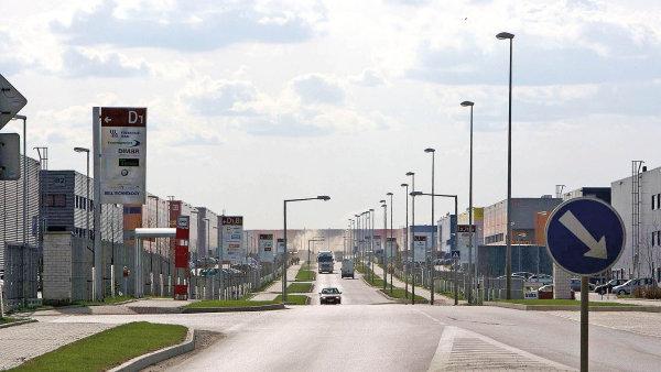 Několik rozlehlých skladových budov začalo v poslední době vznikat kolem vyústění tří dálnic na západě Prahy. Developeři tu stavějí z velké části bez předem dojednaného nájemce, tedy na své riziko.