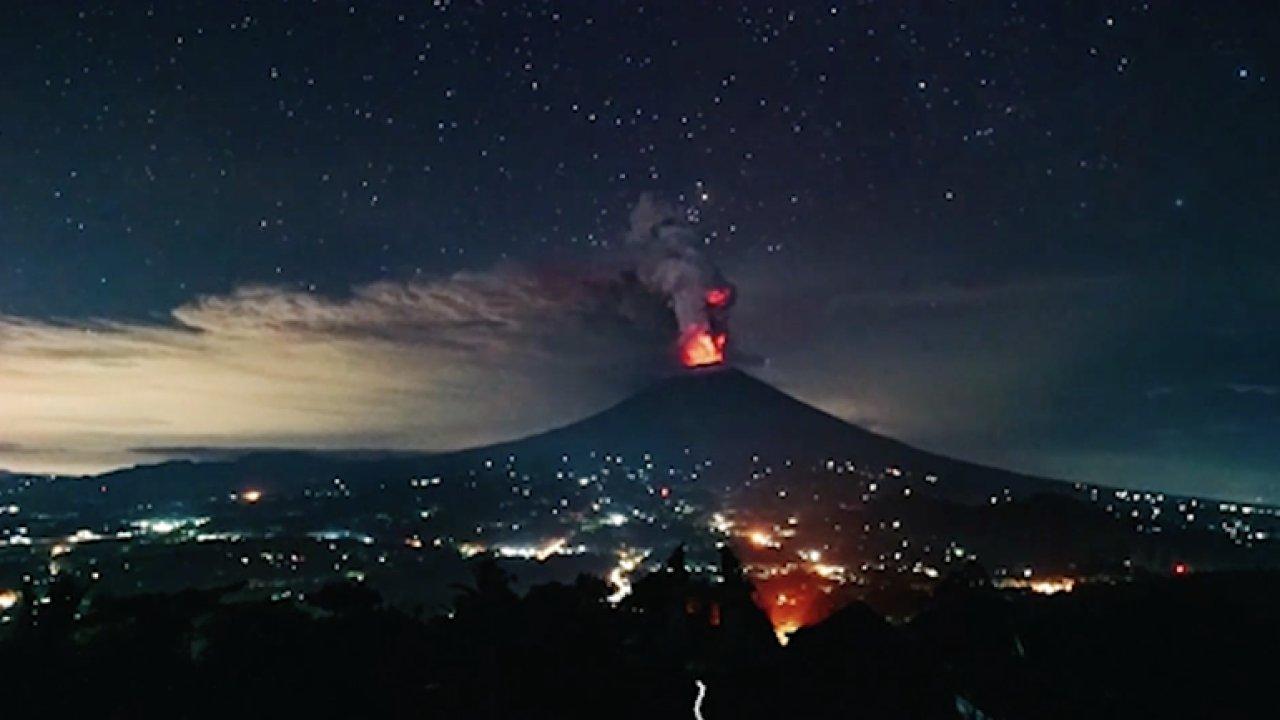 Podívejte se na noční časosběr z výbuchu sopky Mount Agung