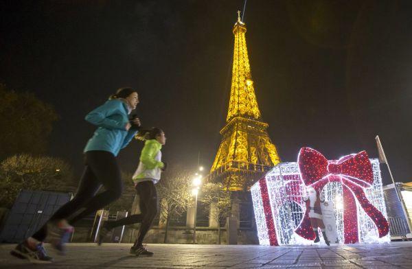 V Paříži se nekonají tradiční vánoční trhy na Champs-Elyseés. Ty však pařížská radnice nezrušila kvůli bezpečnosti, ale kvůli nízké kvalitě zboží a příliš vysokým cenám.
