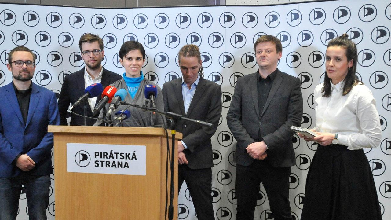 Zleva nově zvolení místopředsedové pirátské strany Mikuláš Peksa, Jakub Michálek, Olga Richterová, předseda strany Ivan Bartoš a místopředseda Radek Holomčík.