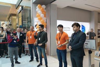 Xiaomi má v Praze první oficiální obchod. Nedočkaví zákazníci čekali na jeho otevření ve frontě dlouhé několik desítek metrů