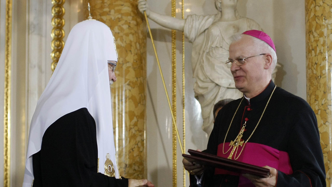 Před šesti lety polský arcibiskup Józef Michalik (vpravo) prohlásil, že církev nehodlá žádná odškodnění vyplácet, ty mají oběti požadovat odviníků.