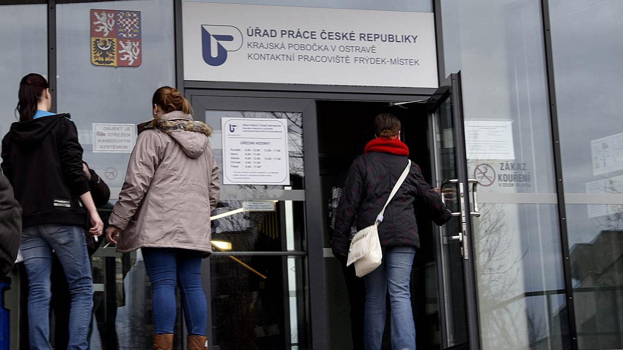 Ministerstvo práce už dřív uvedlo, že očekává zvýšení nezaměstnanosti kvůli koronavirové krizi zhruba až o pět procentních bodů.