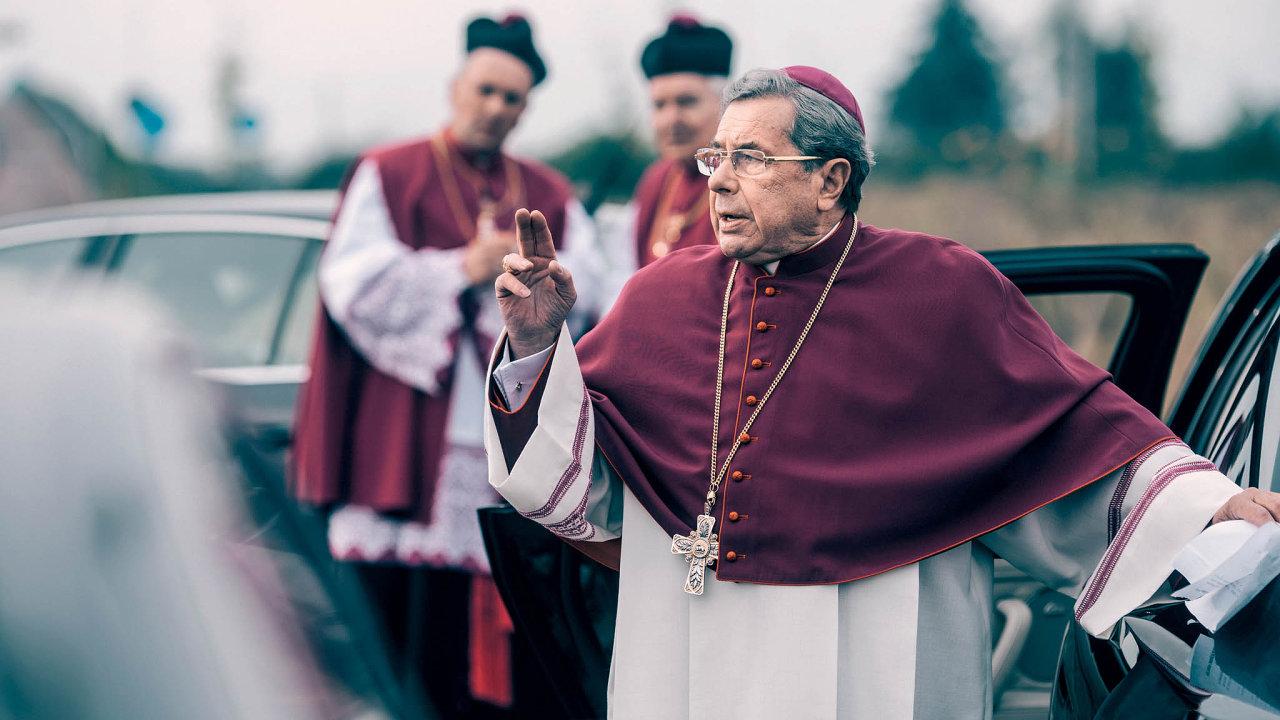Nafotografii je herec Janusz Gajos, jeho kolega Arkadiusz Jakubik si dal roční pauzu, aby se pozkušenosti se ztvárněním kněze podezřelého zpedofilie nezbláznil.