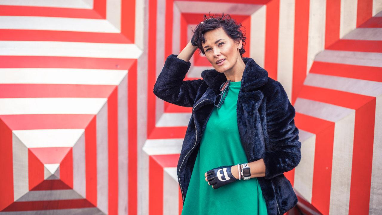 Michaela Salačová bývala DJkou. Dnes je blogerkou a organizátorkou koncertů.