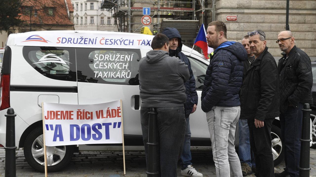 Taxikářů se na protestu sešlo kolem 20. Ohlášené akce se kromě Sdružení českých taxikářů neúčastnily žádné další organizace. Přestože nespokojenost sdílí, nesouhlasí s formou protestu.