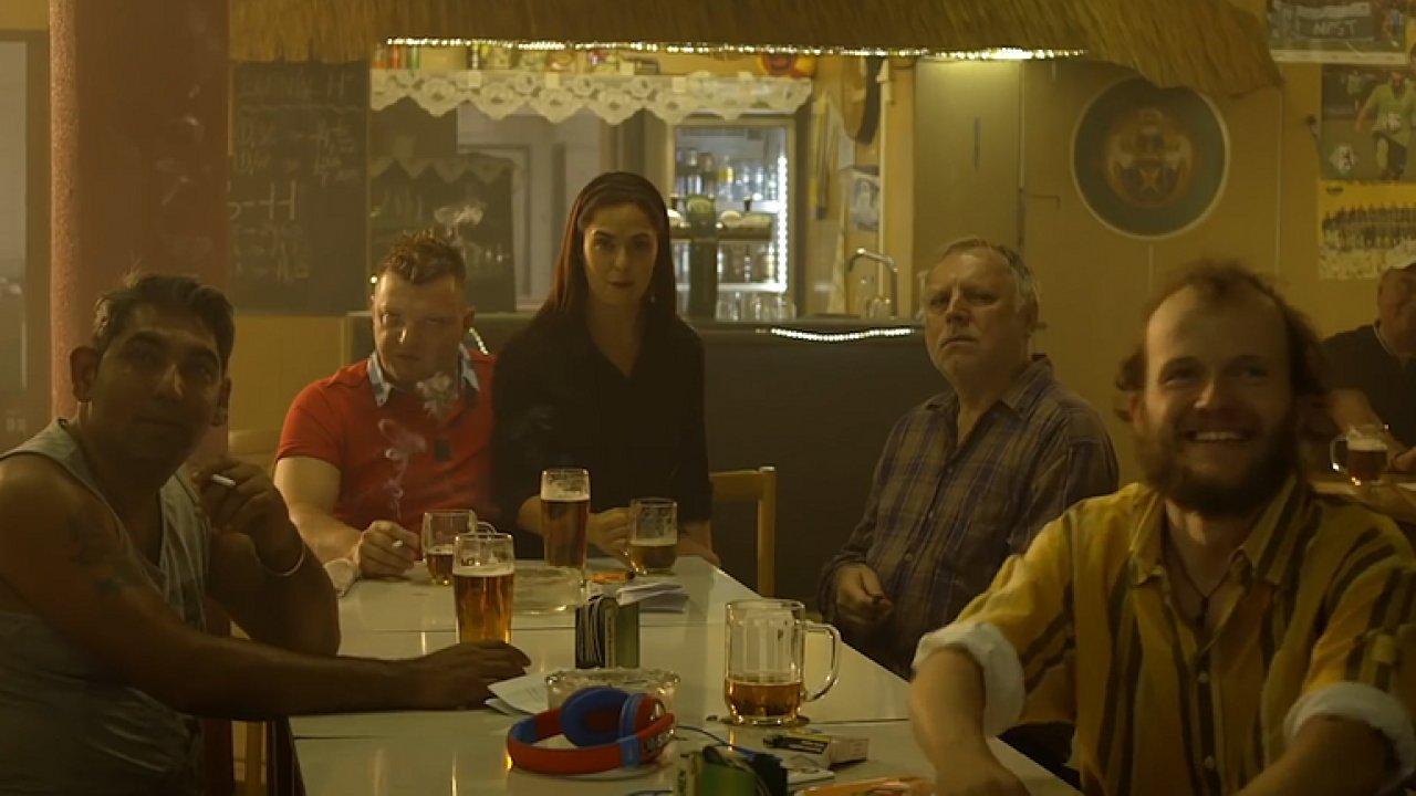 Seriál Most! se vymyká všem současným českým seriálům. Utahuje si z rasismu a chudoby.