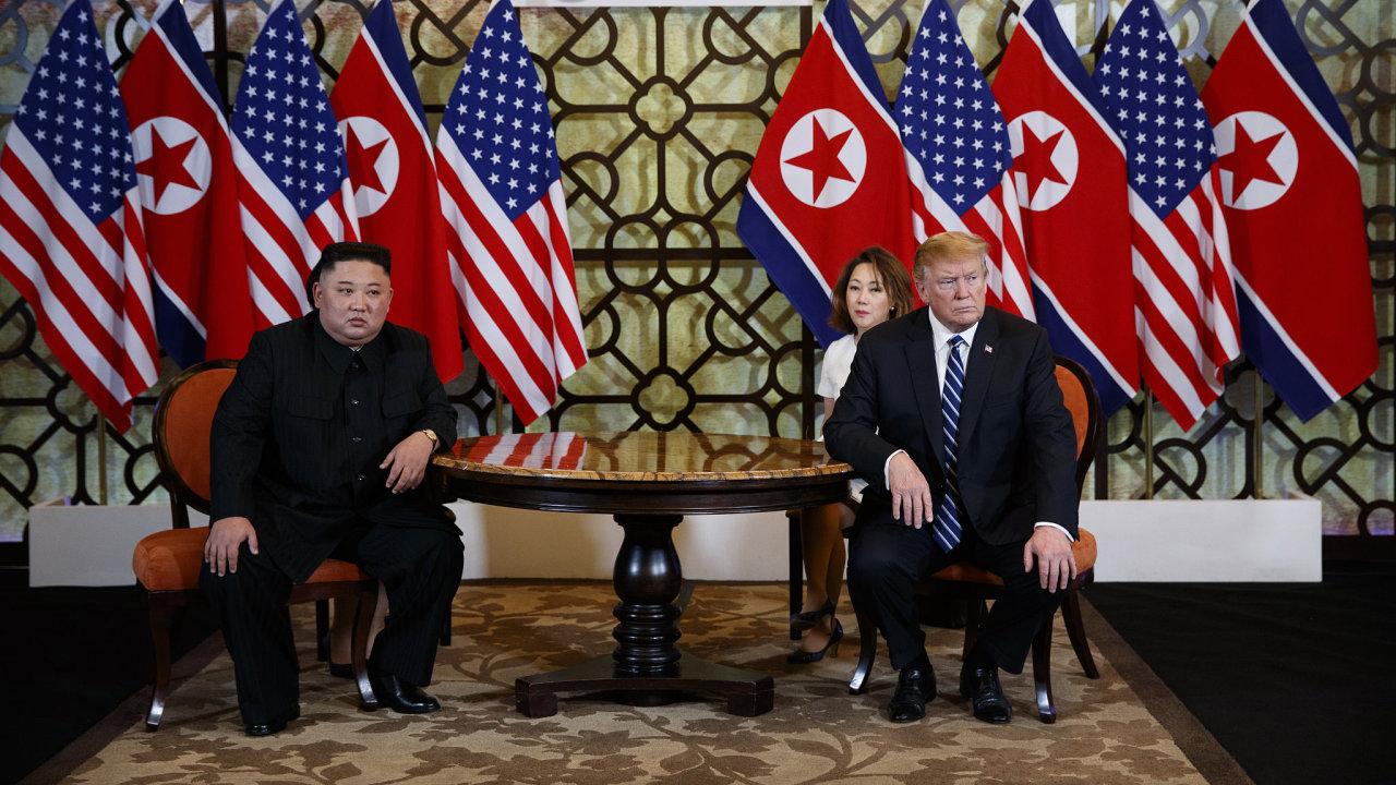 Donald Trump a Kim Čong-un na společné tiskové konferenci.