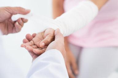Speciální lepidlo vyvinuté brněnskými lékaři by mohlo urychlit především dobu hojení tříštivých zlomenin.
