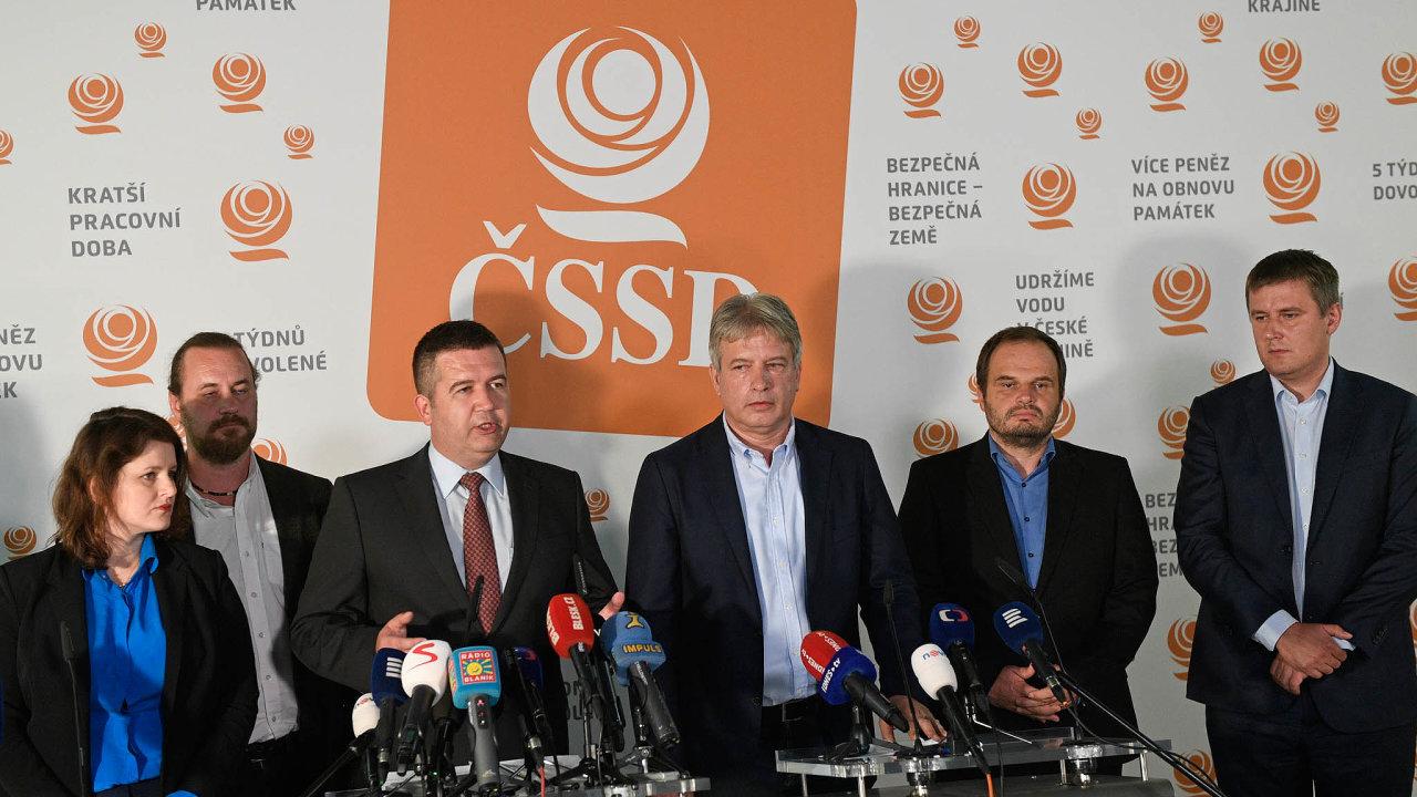 Šéf ČSSD Jan Hamáček (třetí zleva) a členové grémia (zleva) Jana Maláčová, Ondřej Veselý, Roman Onderka, Michal Šmarda a Tomáš Petříček po jednání předsednictva strany.