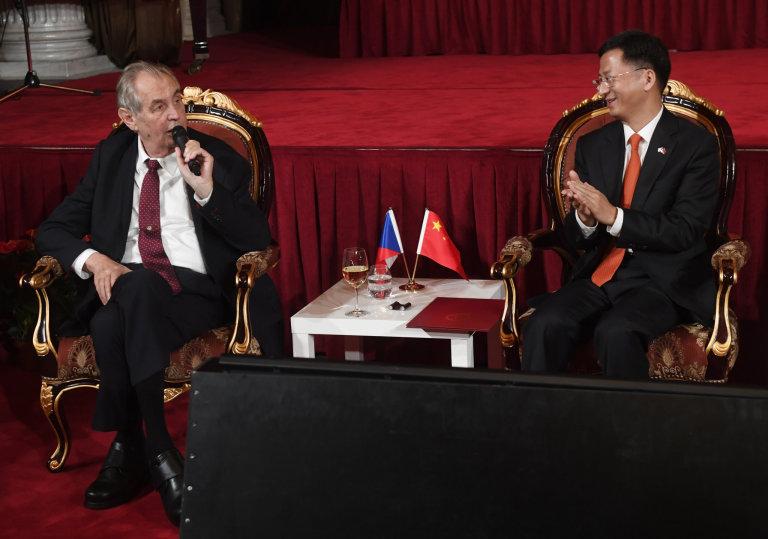 Prezident Miloš Zeman (vlevo) a čínský velvyslanec v ČR Čang Ťien-min.