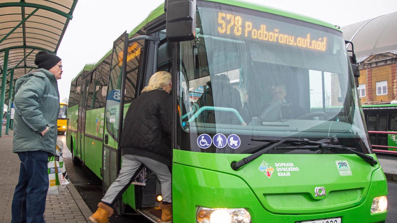 Bez šplhání doschodů. Nové autobusy ocení zejména senioři amatky sdětmi.