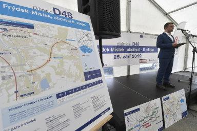 Ministr dopravy Vladimír Kremlík při zahájení výstavby druhé části obchvatu Frýdku-Místku letos 25. září.