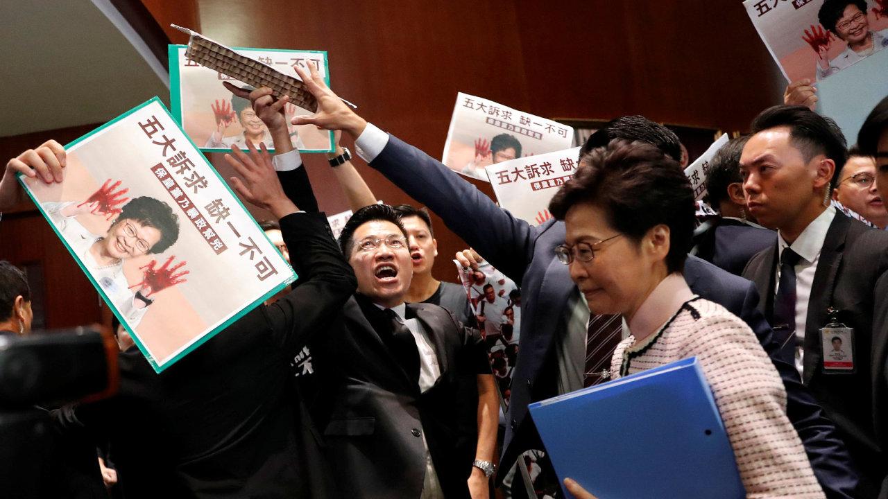 Opoziční zákonodárci nedovolili správkyni Hongkongu Carrie Lamové dokončit její výroční proslov v parlamentu.