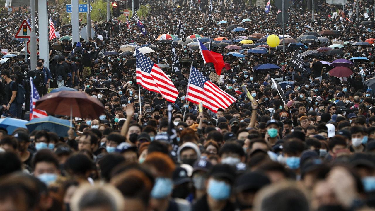 V neděli lidé vyšli do ulic Hongkongu mimo jiné s transparenty