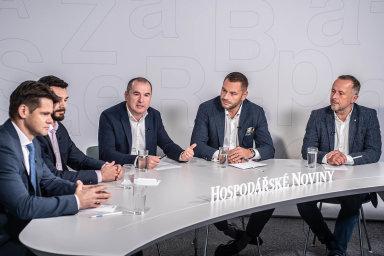 Diskuse HN se zúčastnili zleva: Jaromír Sladkovský z Raiffeisen investiční společnosti, Aleš Černý zeZonky, redaktor HN Marek Miler, Rudolf Vřešťál z Redside a Martin Burda ze Sirius Investments.