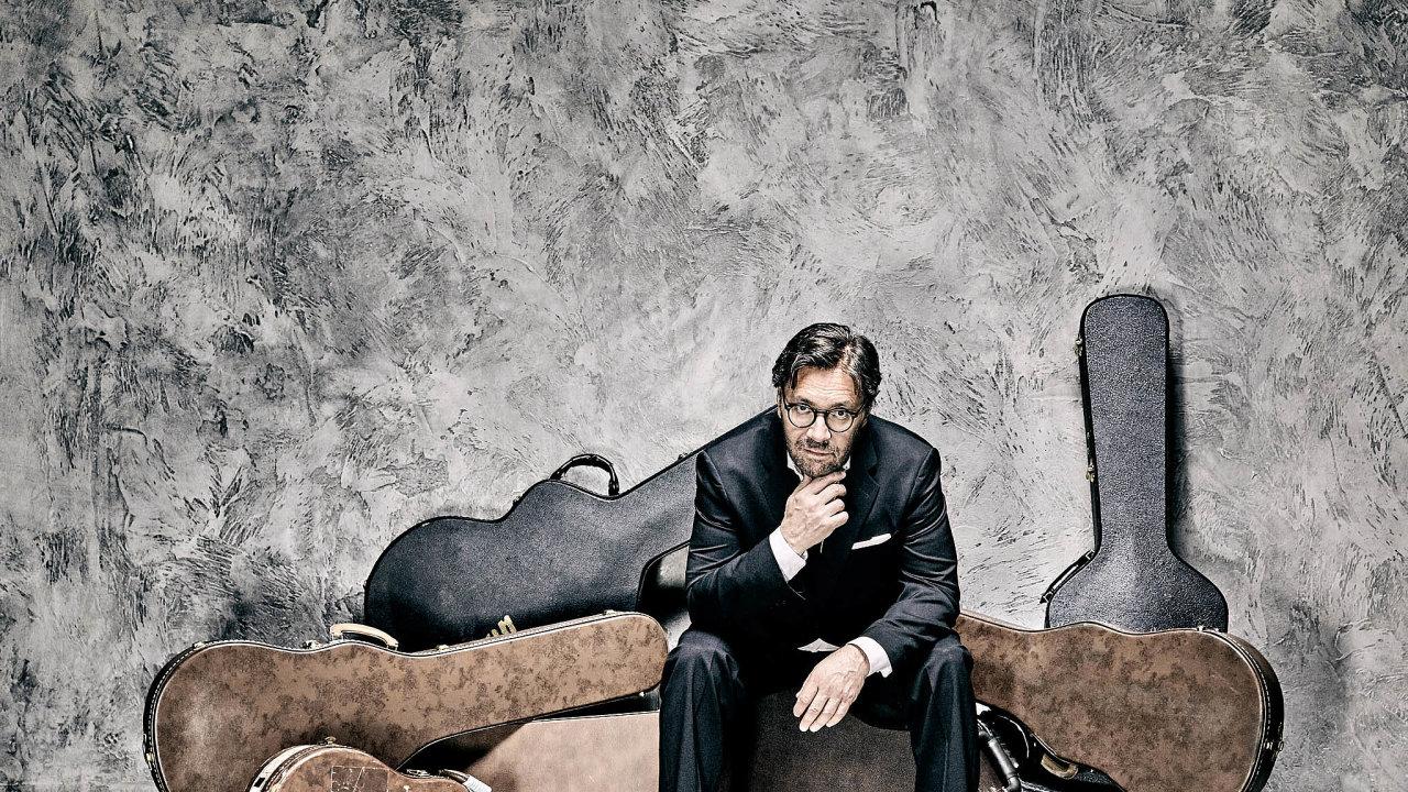 Kvarteto. Al Di Meolu (nasnímku) doprovodí akordeonista, klavírista abubeník.