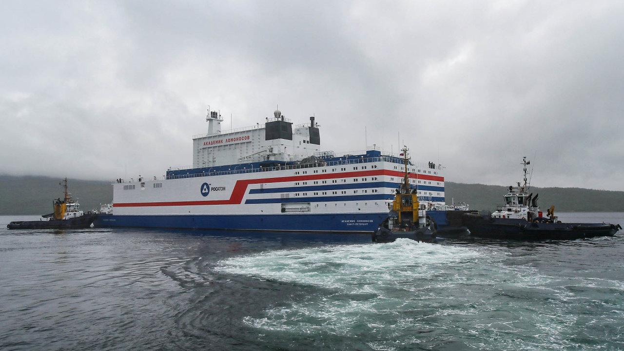 Obří loď Akademik Lomonosov nese dva malé jaderné reaktory, kterými bude zásobovat Pevek, nejsevernější město asijského Ruska, ležící naČukotce.