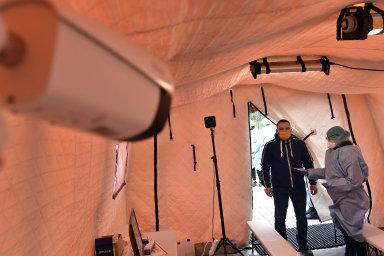 Jednou z nemocnic, které si už pořídily termokamery, je ta v Uherském Hradišti. Měří teplotu lidí, kteří přicházejí do odběrového stanu.