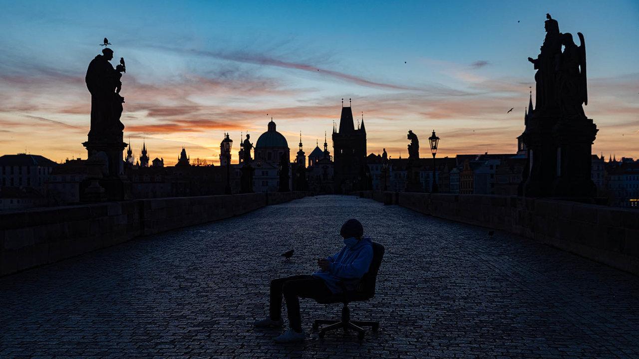 Jeden ze studentů fotografické školy fotící projekt na liduprázdném Karlově mostě - fotografie z výstavy Koronavirus 9x9 Czech Photo.