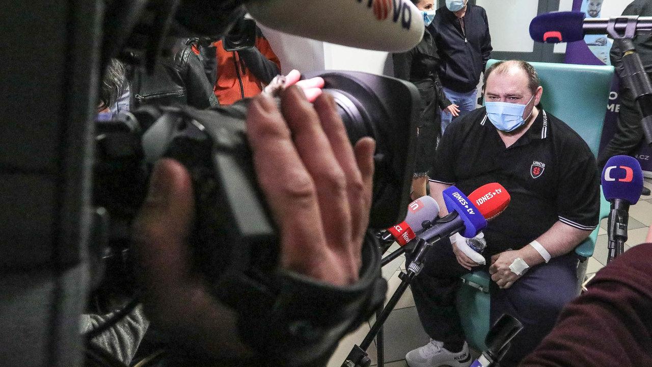 Robert Markovič, který jako první pacient scovidem-19 vČesku dostal experimentální lék Remdesivir, vúterý odešel zeVšeobecné fakultní nemocnice vPraze dodomácího léčení.