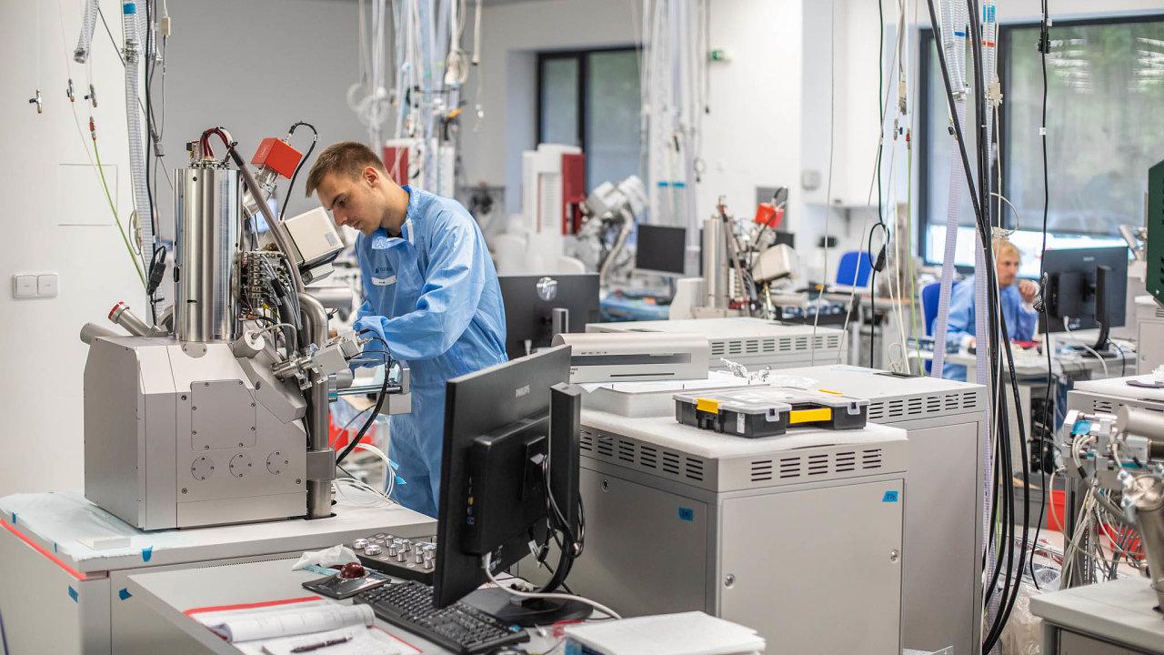 Oproti mikrotomografům, které váží i několik tun, jsou elektronové mikroskopy malé a relativně lehké přístroje.