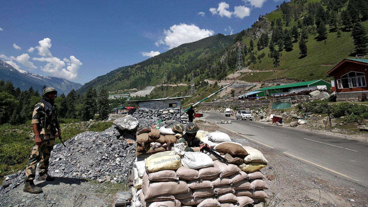 Napětí nahranicích. Indičtí pohraniční vojáci najednom zkontrolních míst dálnice vedoucí doLadákhu.