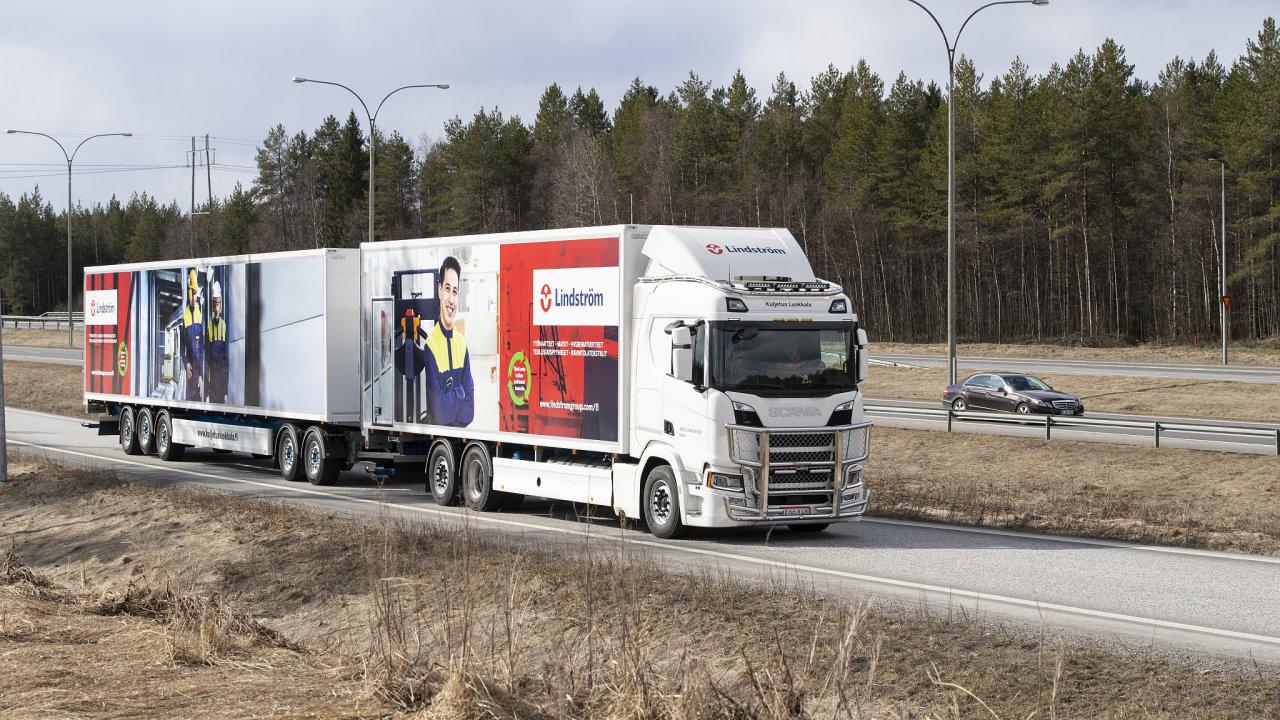 Dlouhá souprava v čele s nákladní Scanií na zkapalněný zemní plyn v severním Finsku.