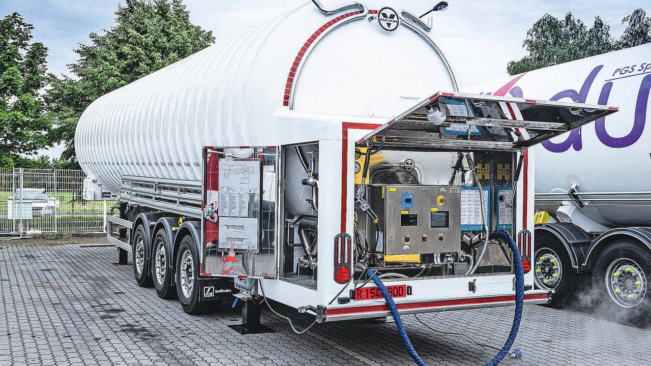 LNG čerpací stanice vKlecanech uPrahy je pro řidiče otevřena nonstop.