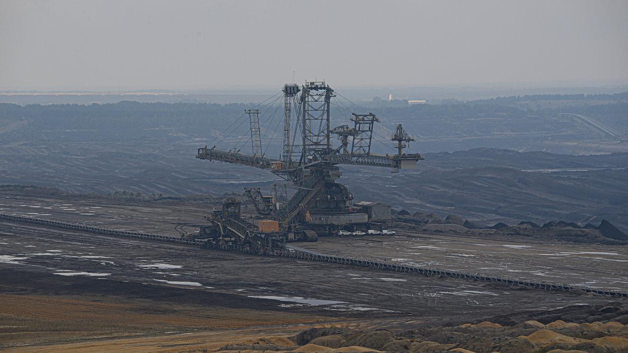 Velkokapacitní rypadlo v dole Nochten. Ten chystá rozšíření a patří českým miliardářům Danielu Křetínskému a Petru Kellnerovi.