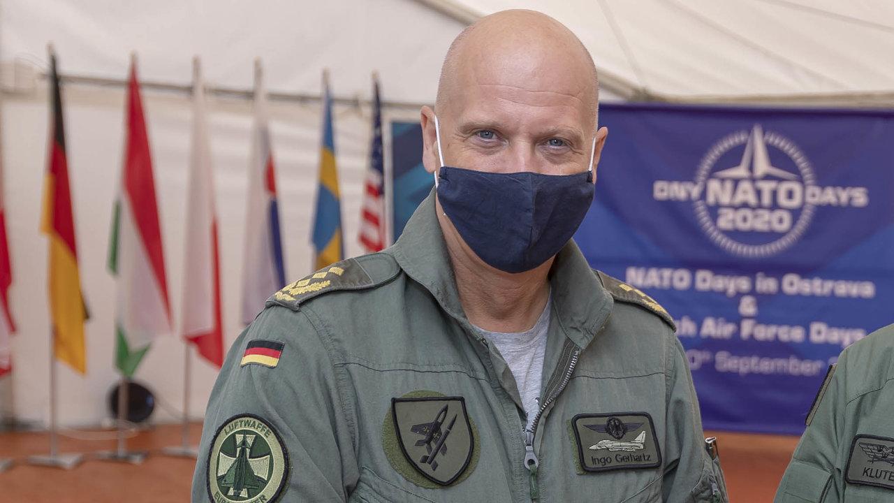 Ingo Gerhartz je vojenským letcem odroku 1985. Odroku 2018 stojí včele luftwaffe, oficiálně má jeho funkce titul generální inspektor.