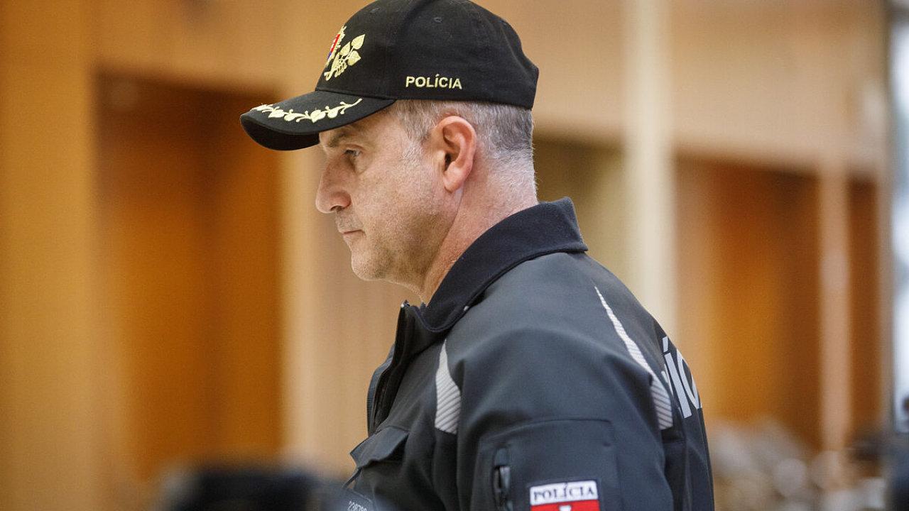 Při popisu událostí z posledních týdnů kolem bývalého policejního prezidenta Milana Lučanského zůstávají nezodpovězené některé otázky.