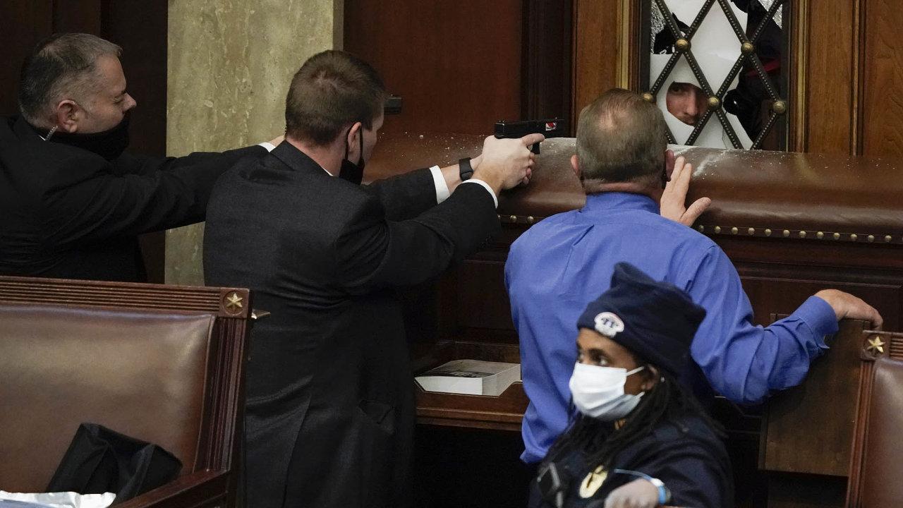 Na pomoc při obnovení pořádku v budově amerického Kongresu po útoku demonstrantů museli přijít agenti FBI a Národní garda.