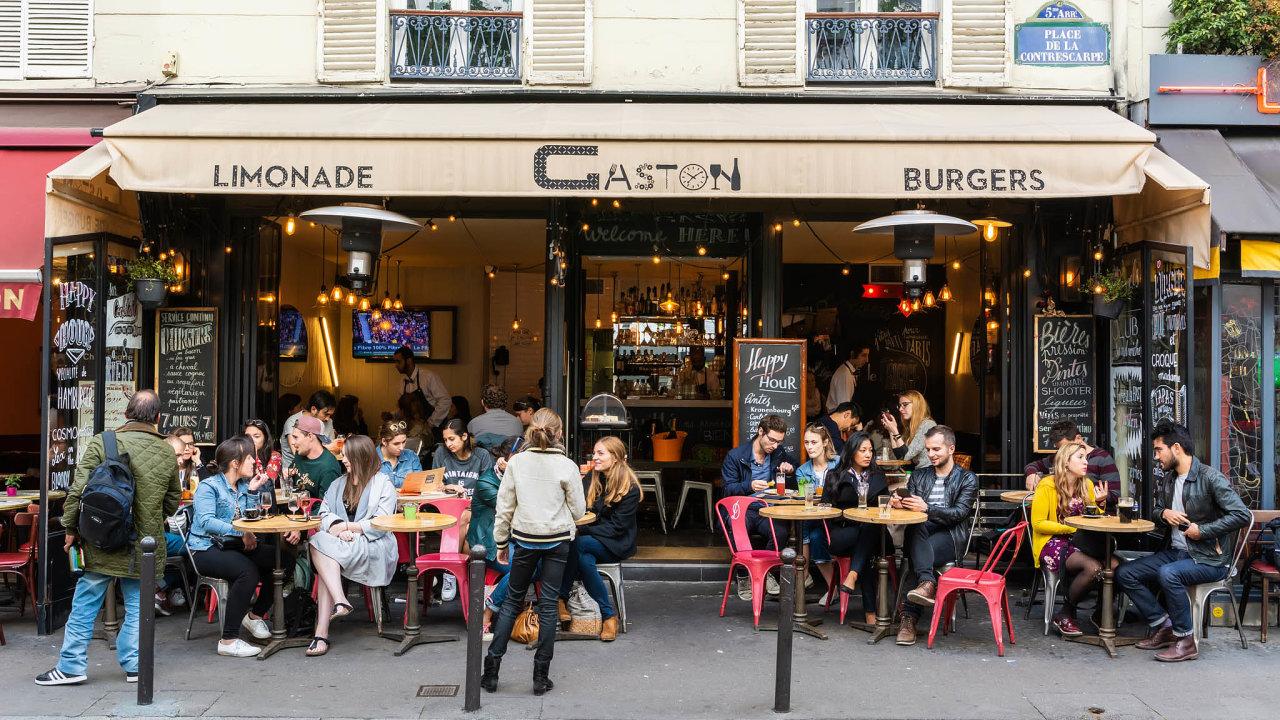 Ve Francii roste popularita hamburgerů. Nabízí je většina tamních restaurací.