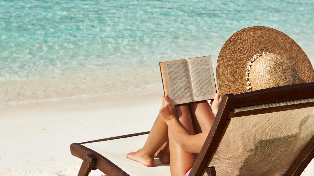Žena čte knihu na pláži dovolená knihy