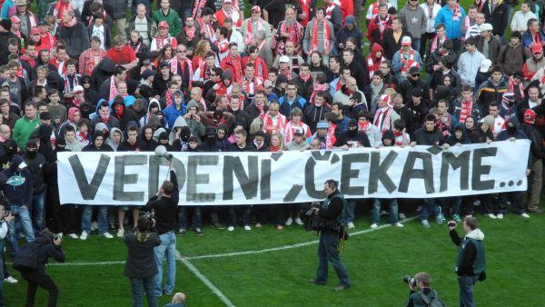 Fanoušci Slavie protestují na ploše hřiště v Edenu