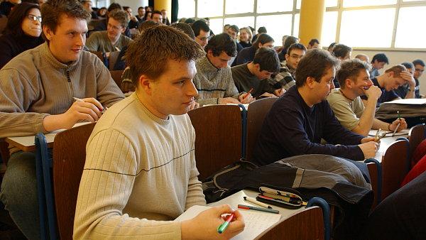 Většina studentů si při studiu alespoň příležitostně přivydělává.
