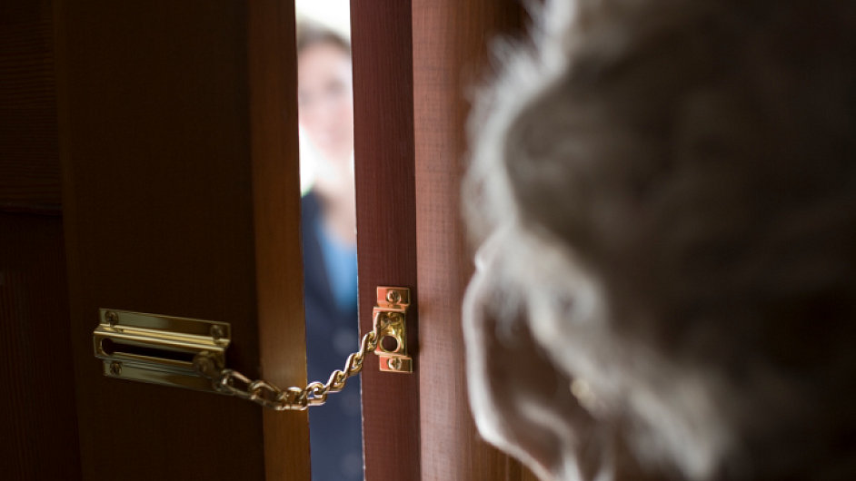 Obětí nepoctivých podomních prodejců jsou nejčastěji starší lidé.