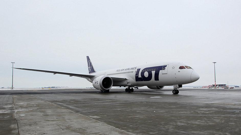 Dreamliner přistál v Praze.