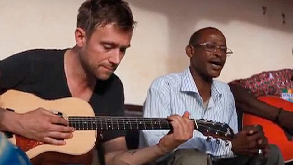 Afel Bocoum účinkuje už na desce Damona Albarna Mali Music z roku 2002.